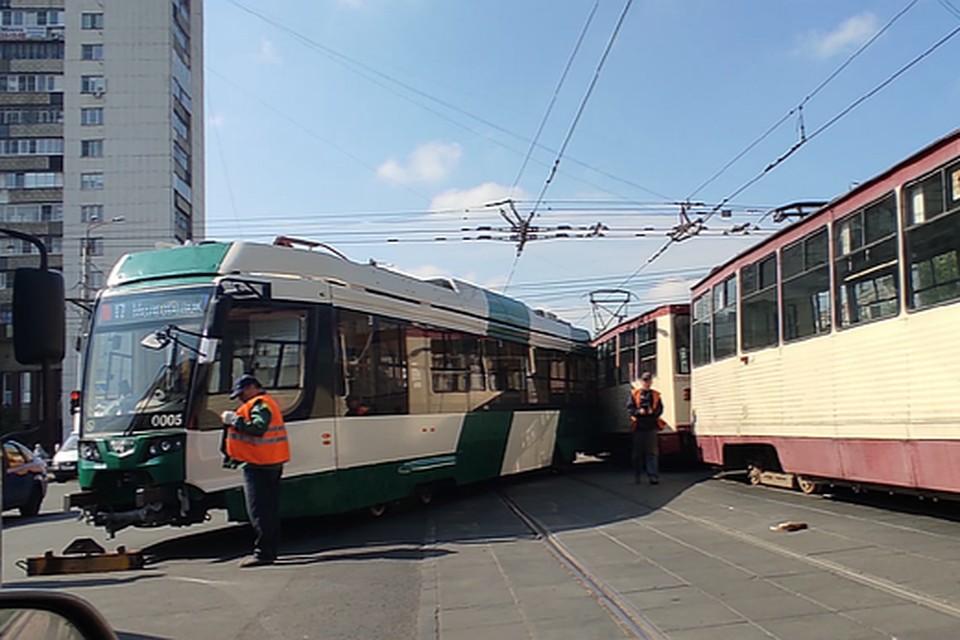 Трамвай сошел с рельсов и задел соседний вагон. Фото: читатель КП