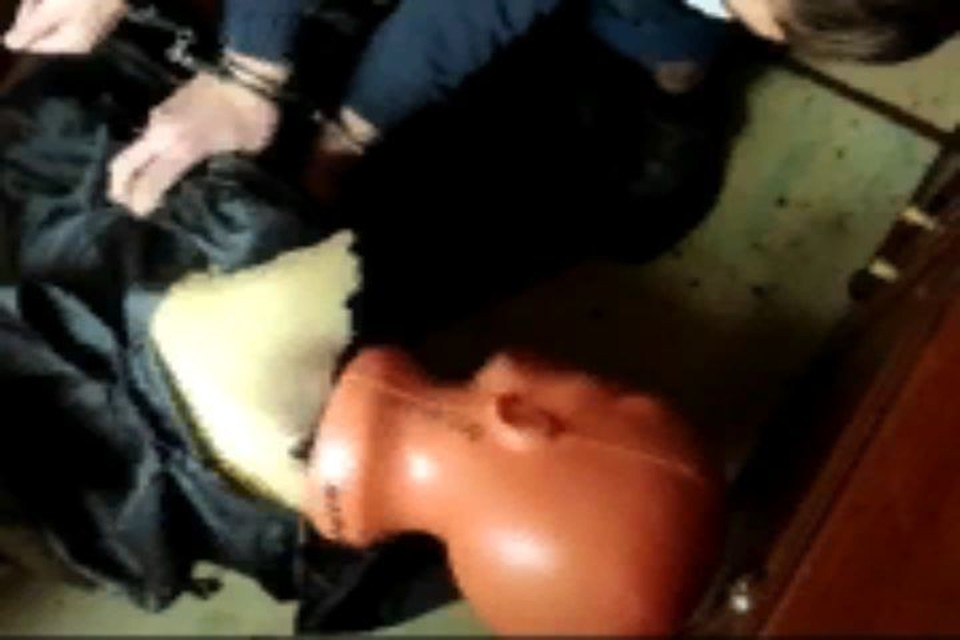 Подозреваемый показывает, как избивал мужчину.