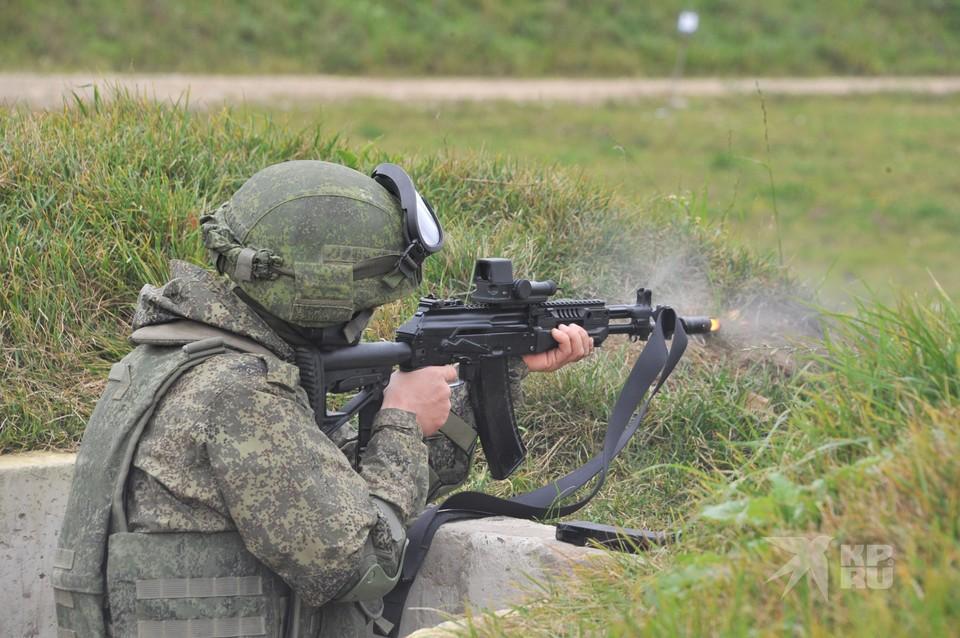На фото военнослужащий в боевой экипировке «Ратник» - в бронежилете и бронешлеме.