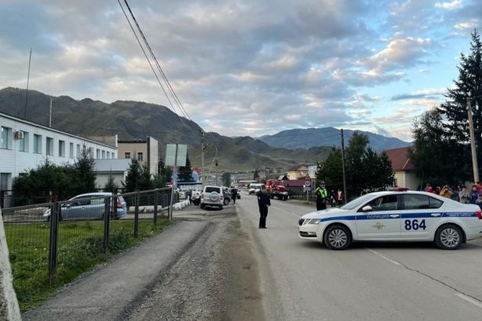 К месту возможного ЧП прибыли сотрудники МЧС, бригады скорой медицинской помощи и около тридцати полицейских