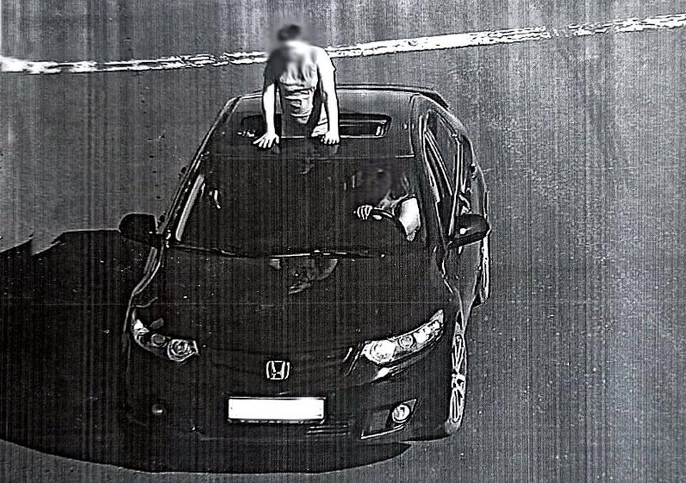 Веселые развлечения пассажира в люке автомобиля закончились штрафом для водителя. Фото: сайт УМВД России по Томской области