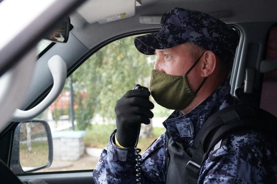 Росгвардейцы задержали граждан, подозреваемых в кражах из магазина. Фото: vk.com/club150428796