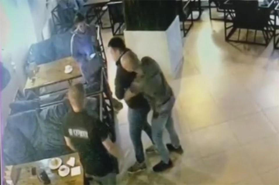Вот так, в считанные секунды, врач-реаниматолог спас в кафе соседа по столику. Скрин - шот из соцсети ВКонтакте.