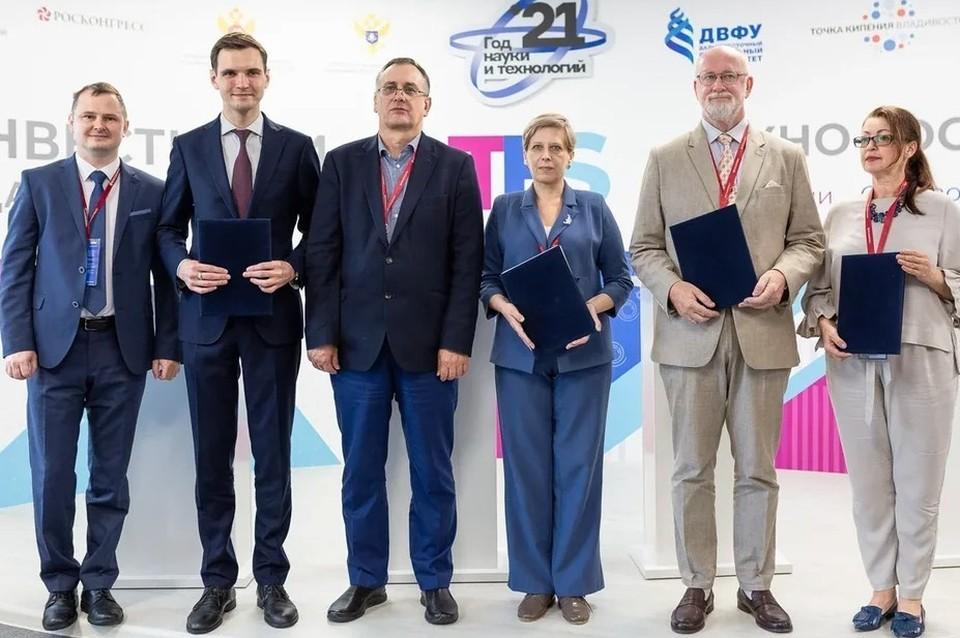 Соглашение о сотрудничестве подписали представители нескольких научных институтов. Источник: пресс-служба СахГУ