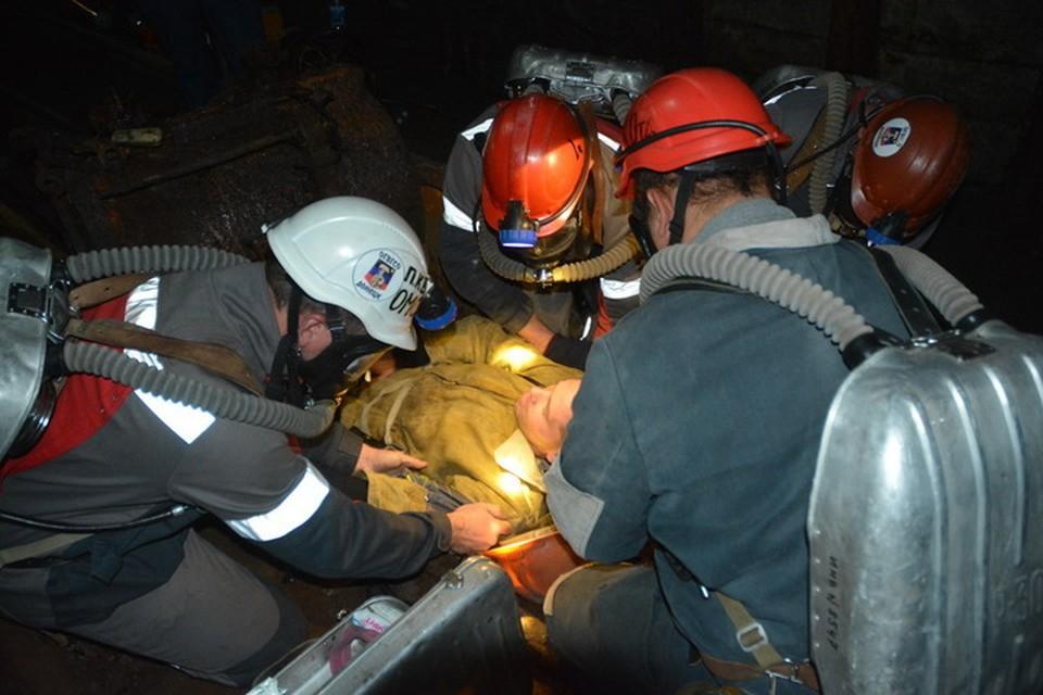 Горноспасатели оказали помощь пострадавшему шахтеру. Фото: МЧС ДНР