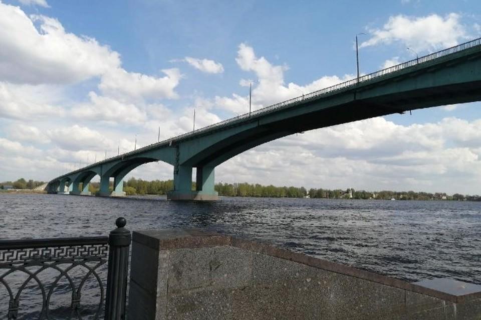 На Октябрьском мосту заменят верхний слой асфальта