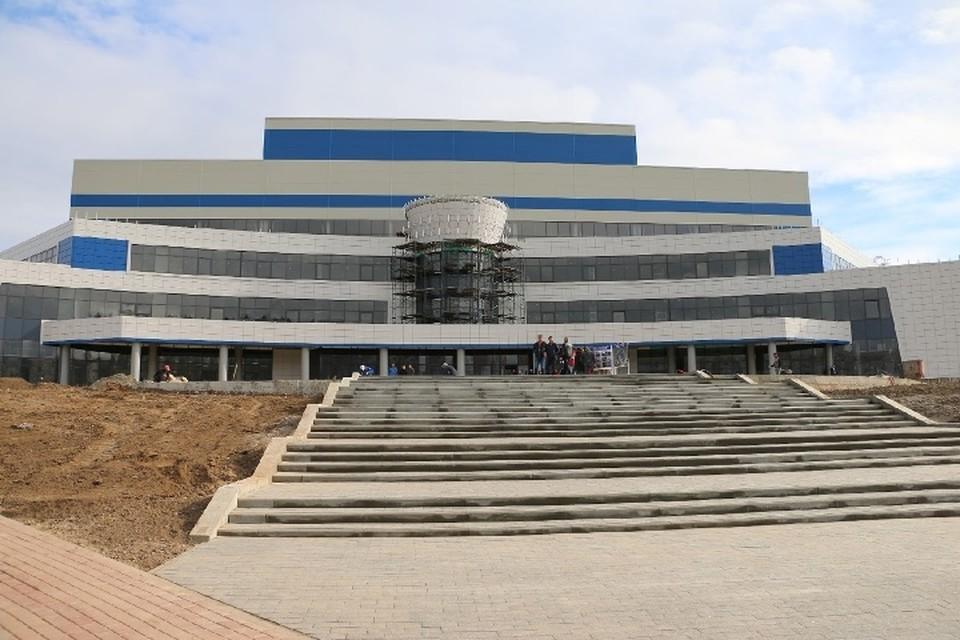 На главной арене дворца единоборств устанавливают трибуны. Фото: пресс-служба Брянской областной Думы.