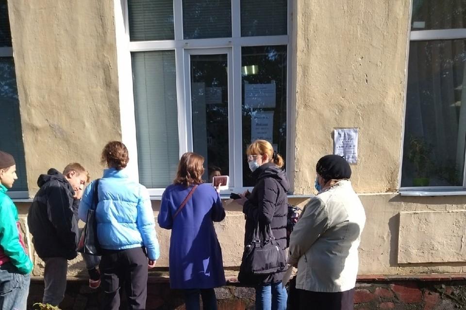 Сервис одного окна по-рязански: пациенты обращаются в регистратуру через уличное окно. Фото: Подслушано в Рязани.