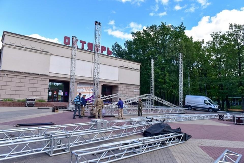 Сцена будет оснащена световым и звуковым оборудованием, на заднике подиума установят большой светодиодный экран.