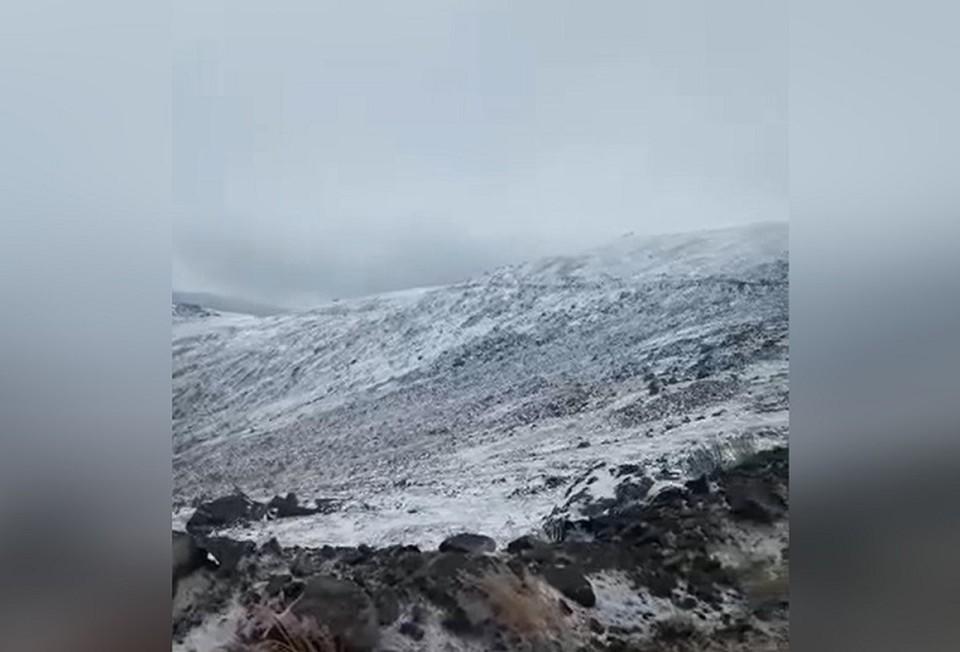 """В горных районах Урала в начале сентября выпал первый снег. Фото: скрин с видео паблика базы активного отдыха """"Серебрянский Камень"""
