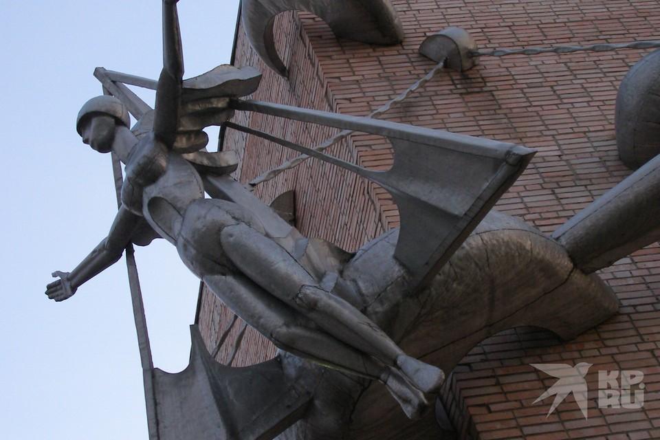 Скульптуру на здании бывшего ДК Птицеводов хотят уничтожить.