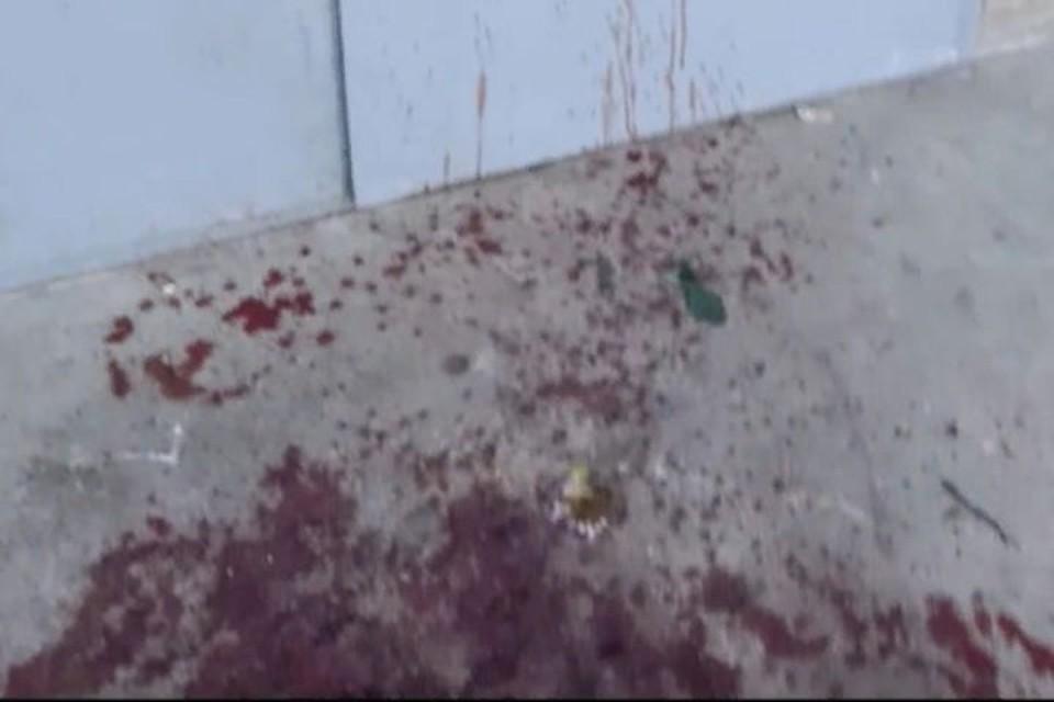 """Весь первый этаж подъезда был в крови. ФОТО: группа """"Подслушано в Ярославле"""" ВКонтакте"""
