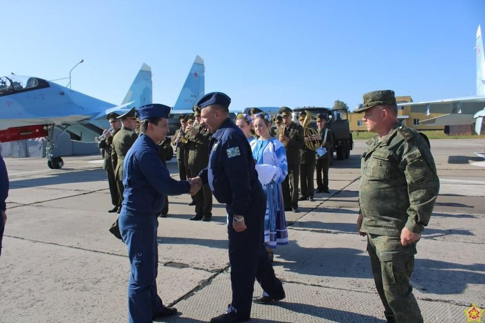Три российских истребителя Су-30СМ прилетели в Барановичи. Теперь они будут нести здесь боевое дежурство. Фото: Фото: 61 ИАБ.