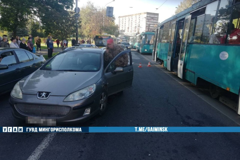 В Минске женщина выходила из трамвая и попала под машину. Фото: УГАИ ГУВД Мингорисполкома