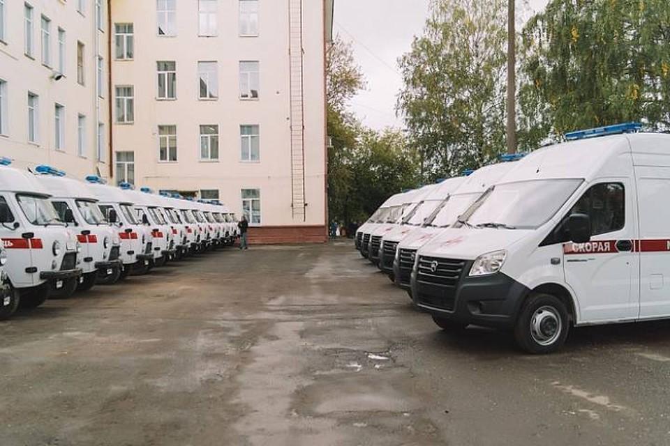 Глава региона Игорь Васильев передал учреждению семь «ГАЗов» и 18 «УАЗов». Фото: kirovreg.ru