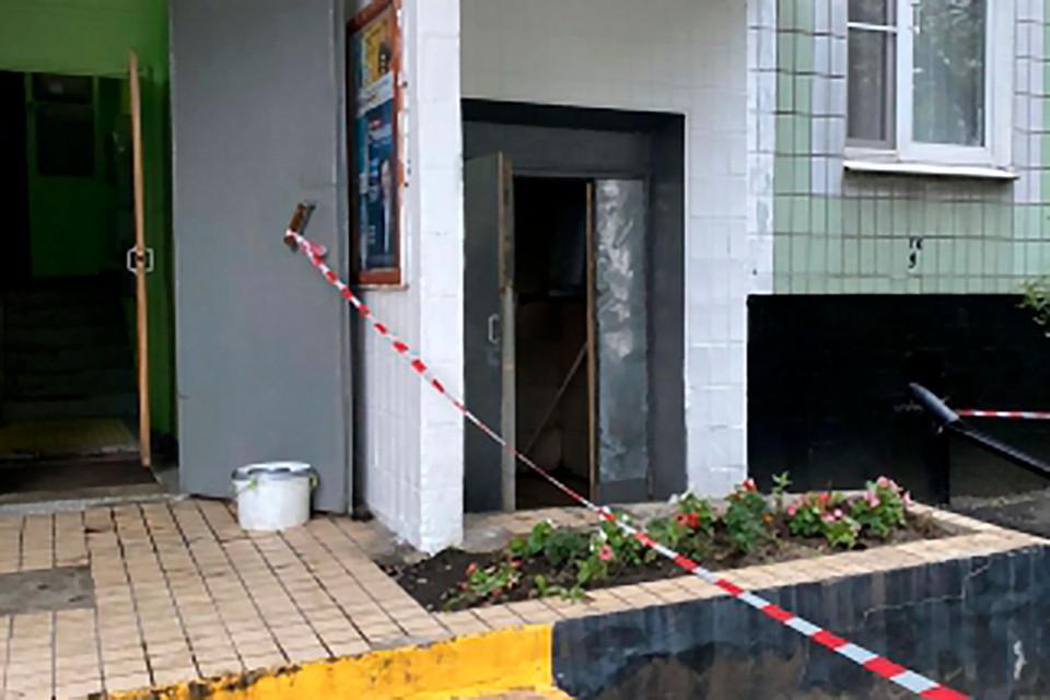 9 сентября дворник одной из многоэтажек на Литовском бульваре нашел в мусорном баке новорожденную девочку. Фото: ГСУ СК РФ по Москве.