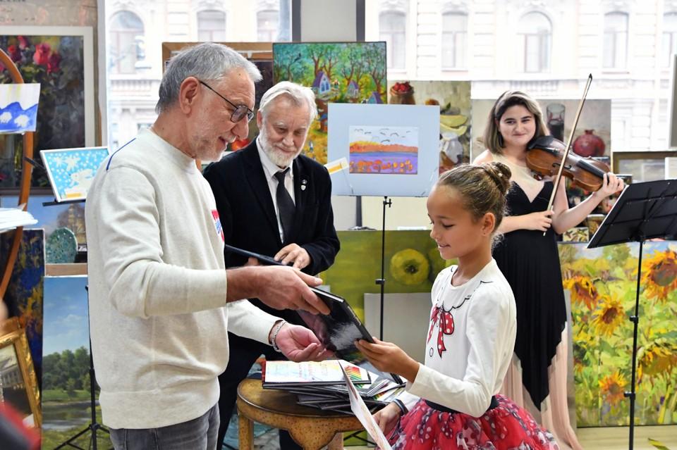 Юные художники получили возможность пообщаться с опытными мастерами. Фото: пресс-служба СПбГУП.