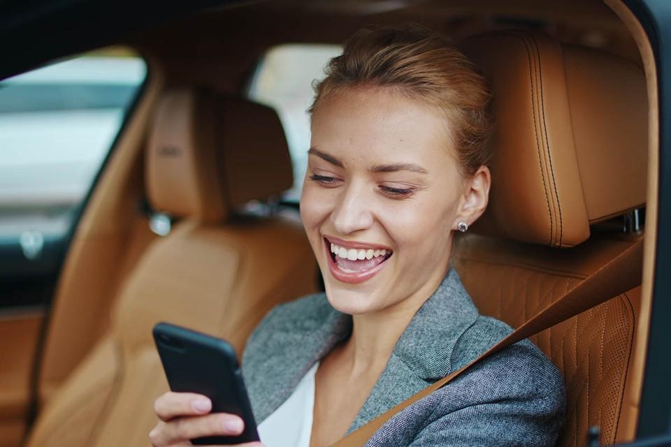 Бумажной волокиты и бюрократии в жизни российских водителей становится все меньше. Минцифры вместе с МВД и ГИБДД запустили мобильное приложение «Госуслуги.Авто».