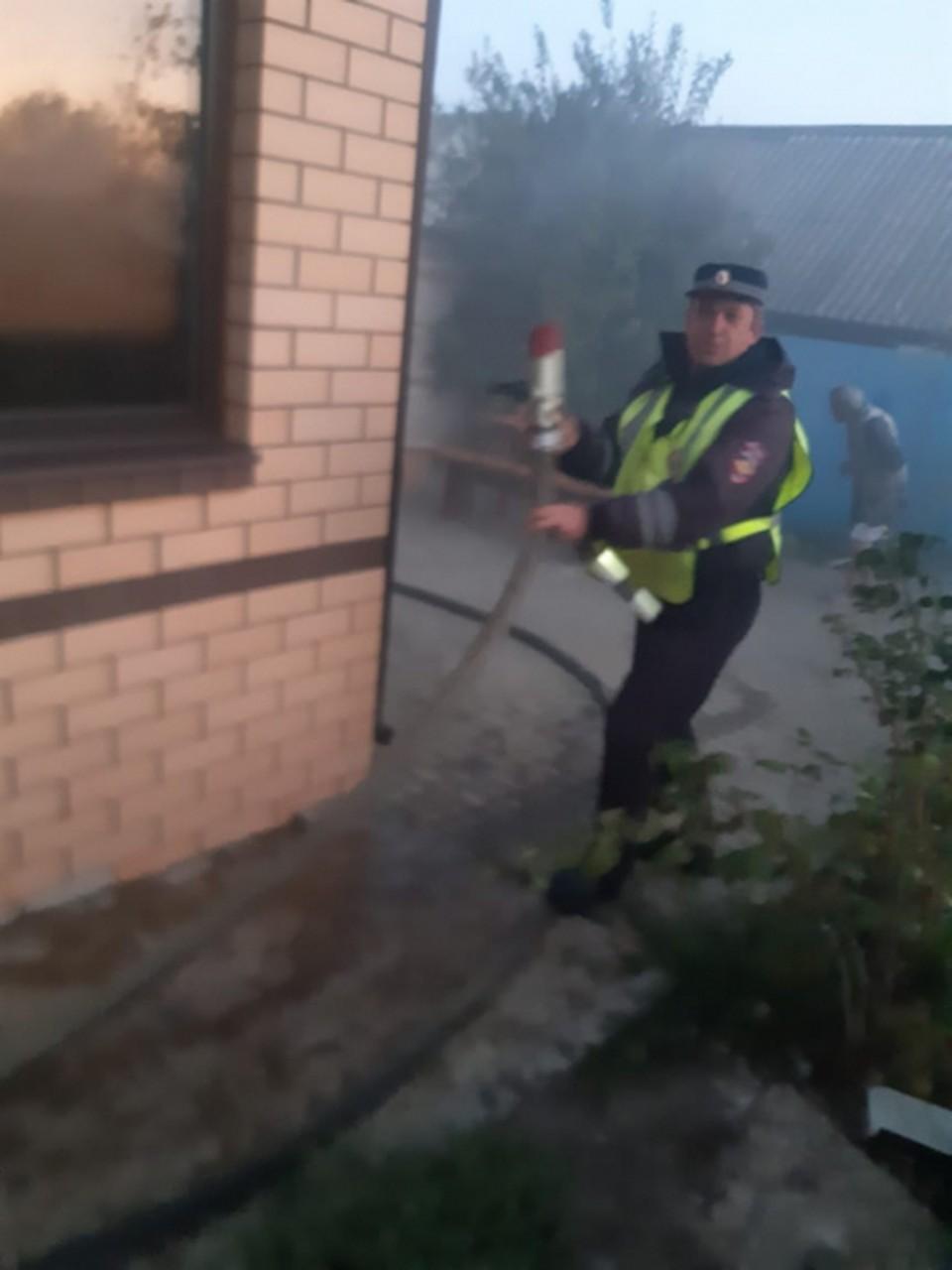 Инспекторы ГИБДД попробовали себя в роли пожарных.