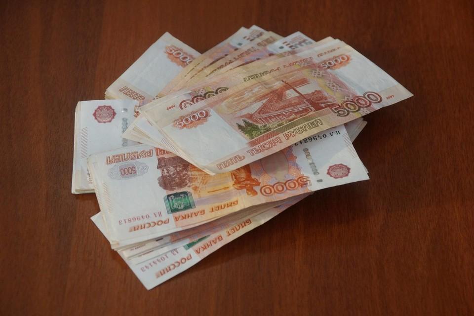 За передачей денег внимательно следили сотрудники ФСБ, и как только старший лейтенант полиции взял деньги, его задержали