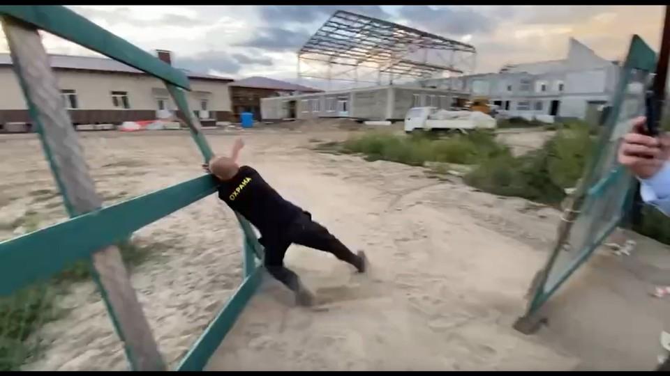 Единственного рабочего стройки, сторожа, уволили Фото: телеграм-канал @kozhemiakoofficial, принтскрин видео.