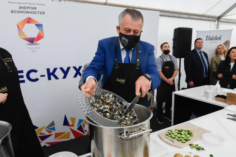 Губернатор от бизнес-разговоров перешел к кухне и сварил уху из миноги для всех желающих.Фото предоставлено пресс-службой Правительства ленобласти.