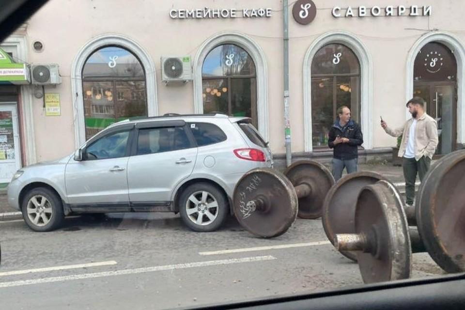 """К счастью, в этот момент девушка вышла из машины. Фото: группа ВКонтакте """"Подслушано в Ярославле"""""""