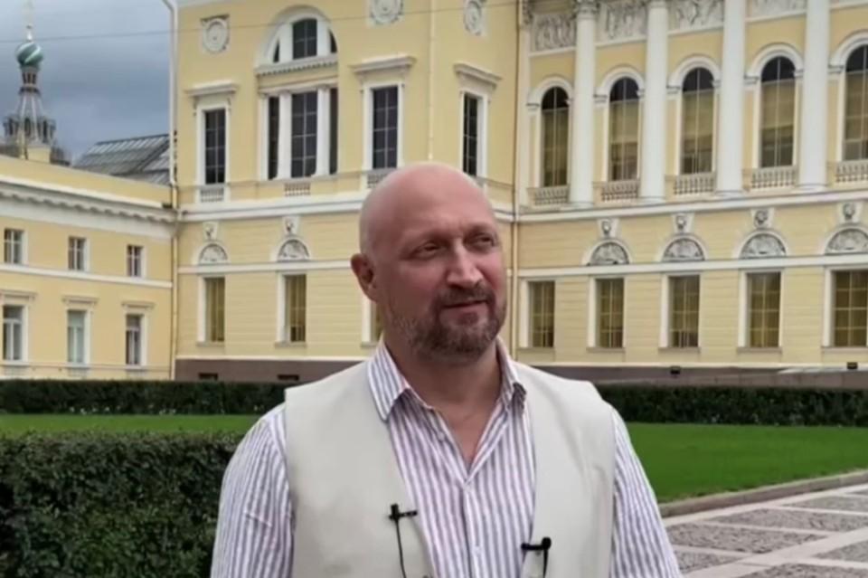 Гоша Куценко воодушевился Русским музеем. Фото: скриншот видео