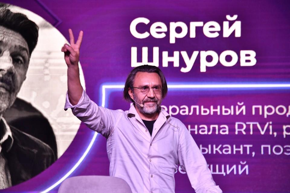 На встречу с юными и талантливыми – спортсменами, художниками, музыкантами – Сергей Шнуров прибыл в образе мудрого старца в белых одеждах.