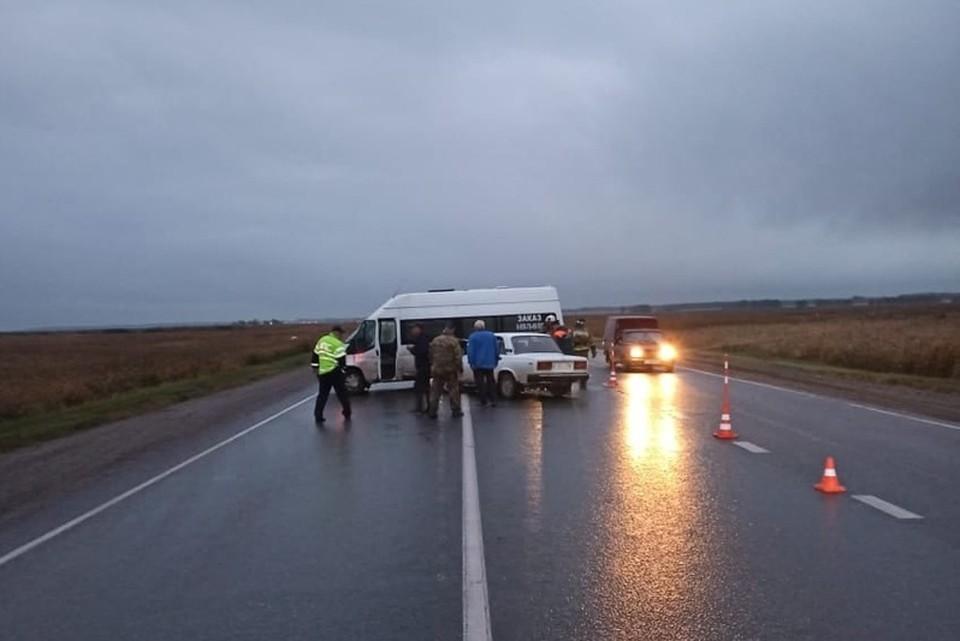 Разбитые машины перегородили часть дороги.