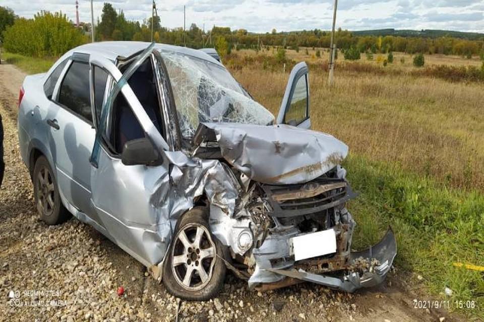 По сильным повреждениям автомобиля можно судить о том, что шансов остаться в живых у водителя не было. Фото: vk.com/gibdd43