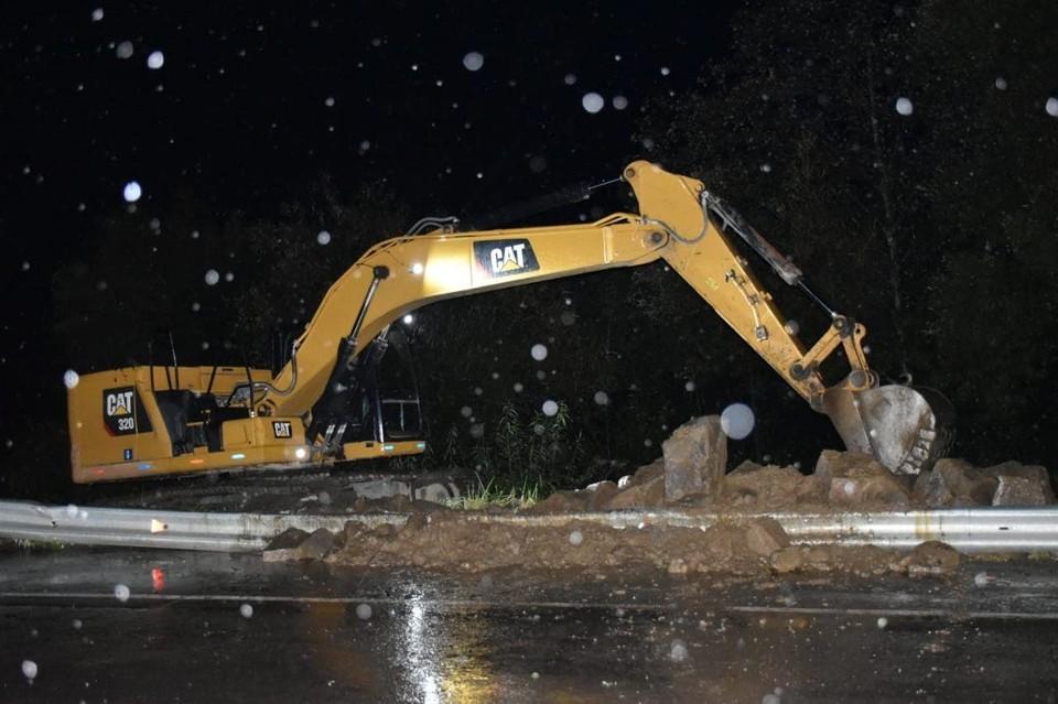 В Макаровском районе круглосуточно ликвидируют последствия стихии