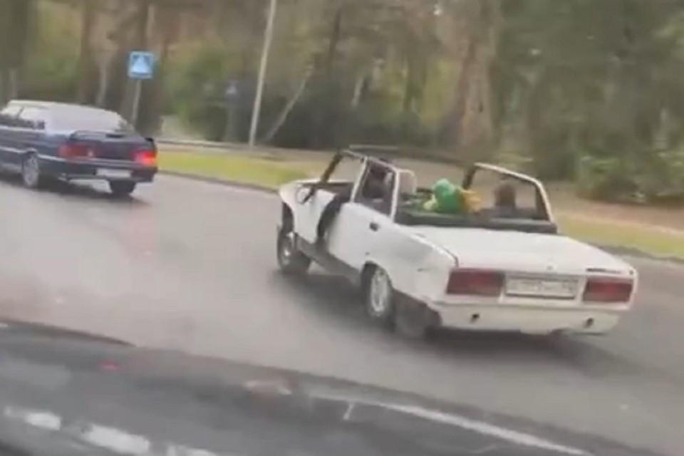 Новосибирцы заметили в Академгородке «ВАЗ», переделанный в кабриолет. Фото: стоп-кадр.