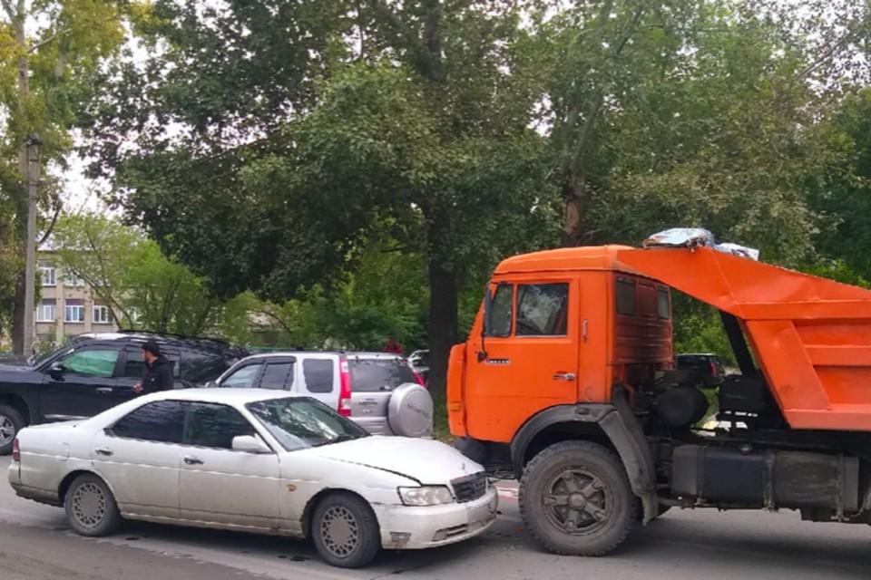 Машины серьезно пострадали. Иномарка Фото: «АСТ-54»