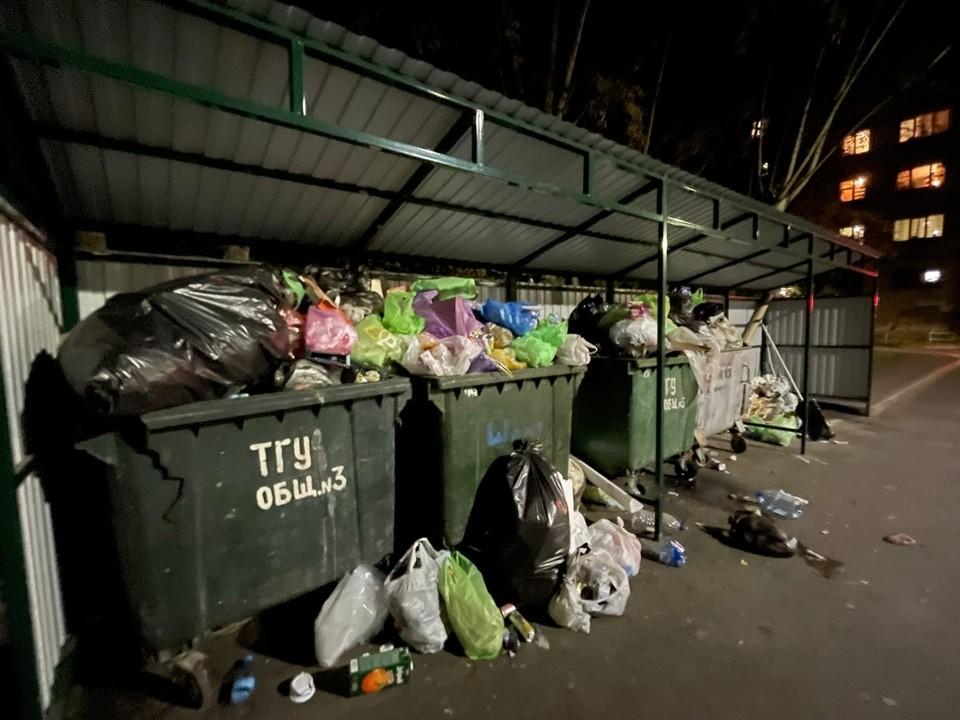 """Жители недовольны работой организации по вывозу мусора Фото: Паблик """"ЧС Тюмень"""" во """"Вконтакте"""""""