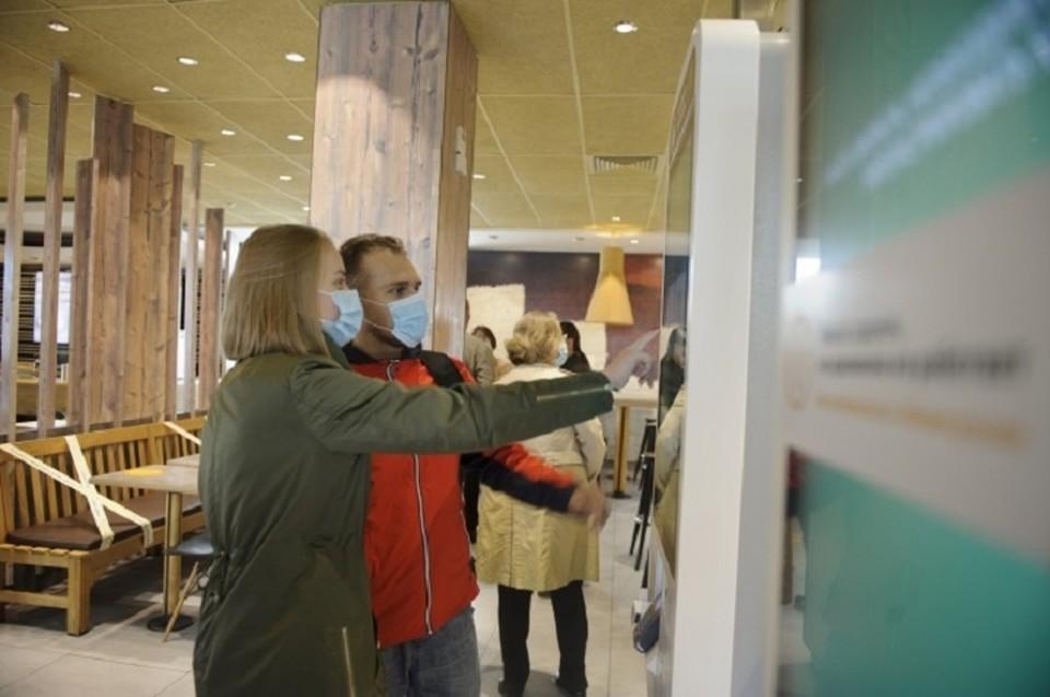 При этом в торговых центрах разрешили работу фудкортов.