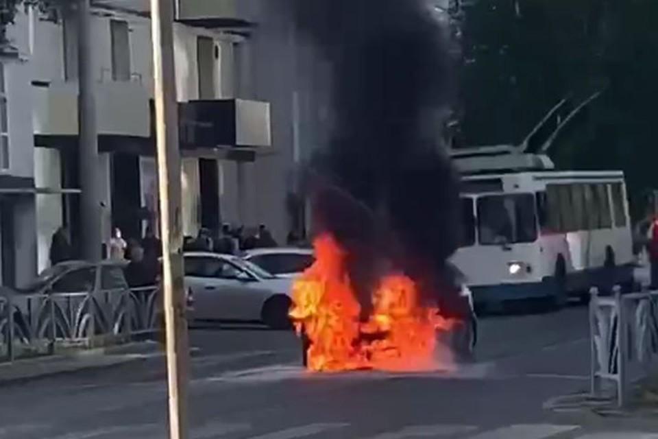 Машина загорелась посреди дороги. Фото: @SvetEKB