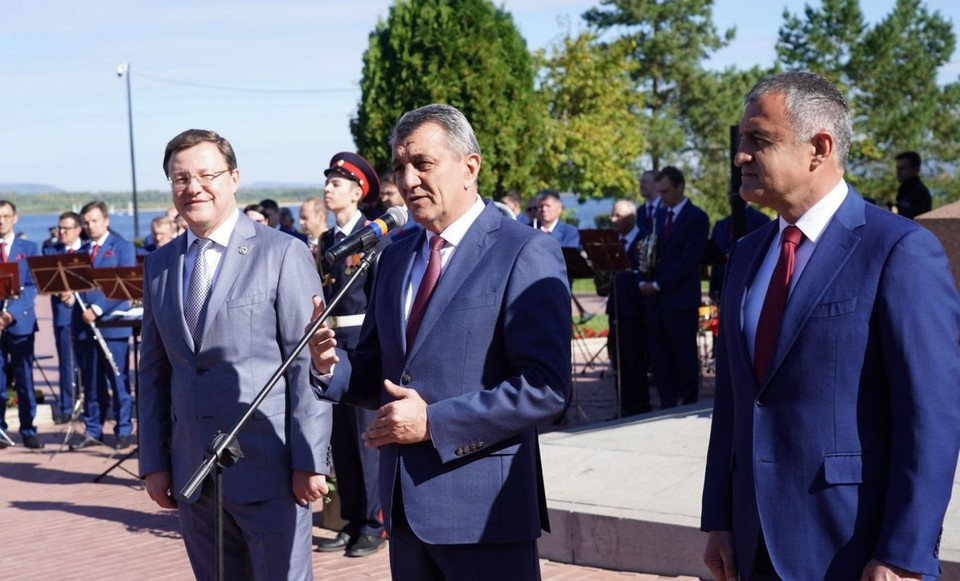 Сергей Меняйло (в центре) на праздновании Дня города в Самаре. Фото: сайт главы РСО - Алания.