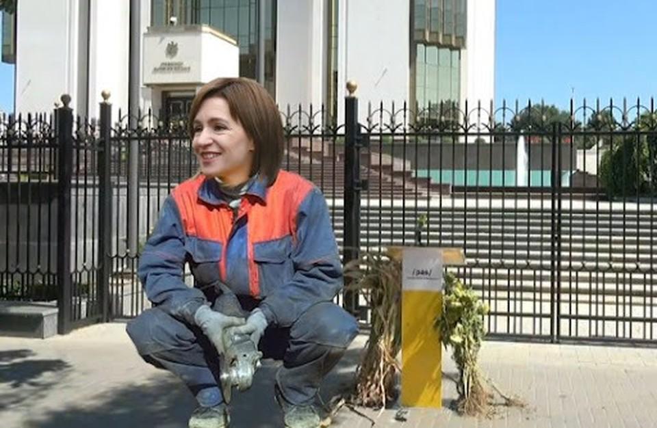 И оградку вокруг президентуры перед выборами Майя Санду обещала снести, заборчик и сейчас защищает главу государства от народа. Фото: соцсети