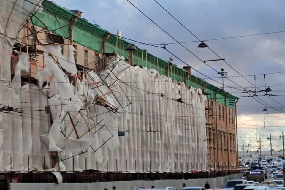 В Петербурге со здания рухнули строительные леса. Фото: vk.com/id210070823 / vk.com/spb_today