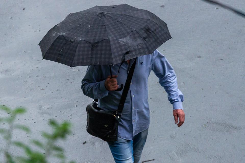 Коммунальщики устраняют последствия сильного ливня в Санкт-Петербурге.