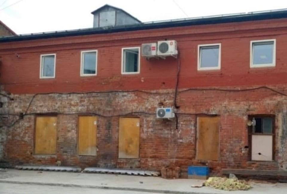 Незаконно пристроенный к дому-памятнику тамбур снесли в Иркутске. Фото: УФСПП РФ по Иркутской области