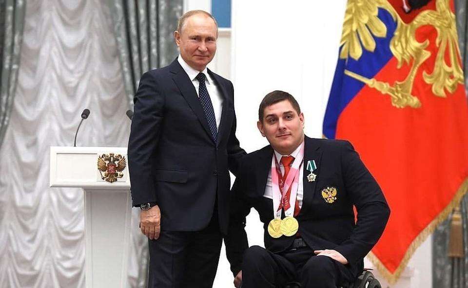 Омских паралимпийцев наградили государственными наградами в Кремле.