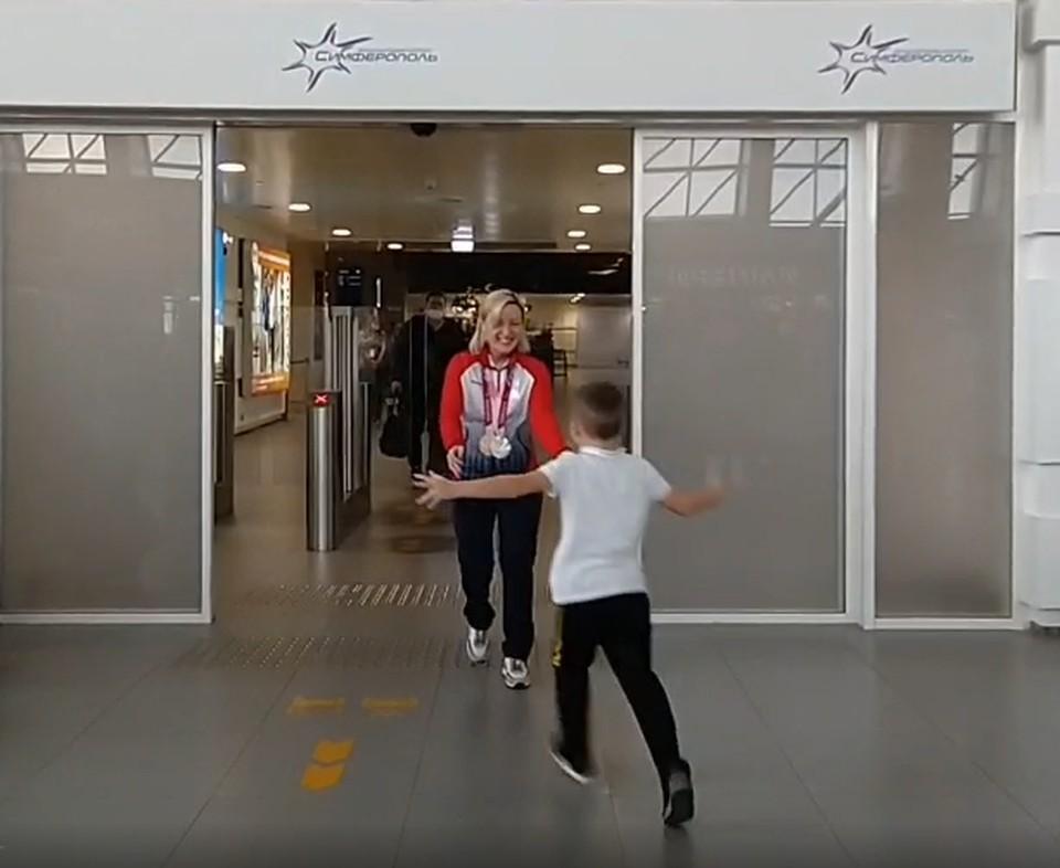 Виктория сразу же обняла маленького сына. Фото: пресс-служба аэропорта Симферополь