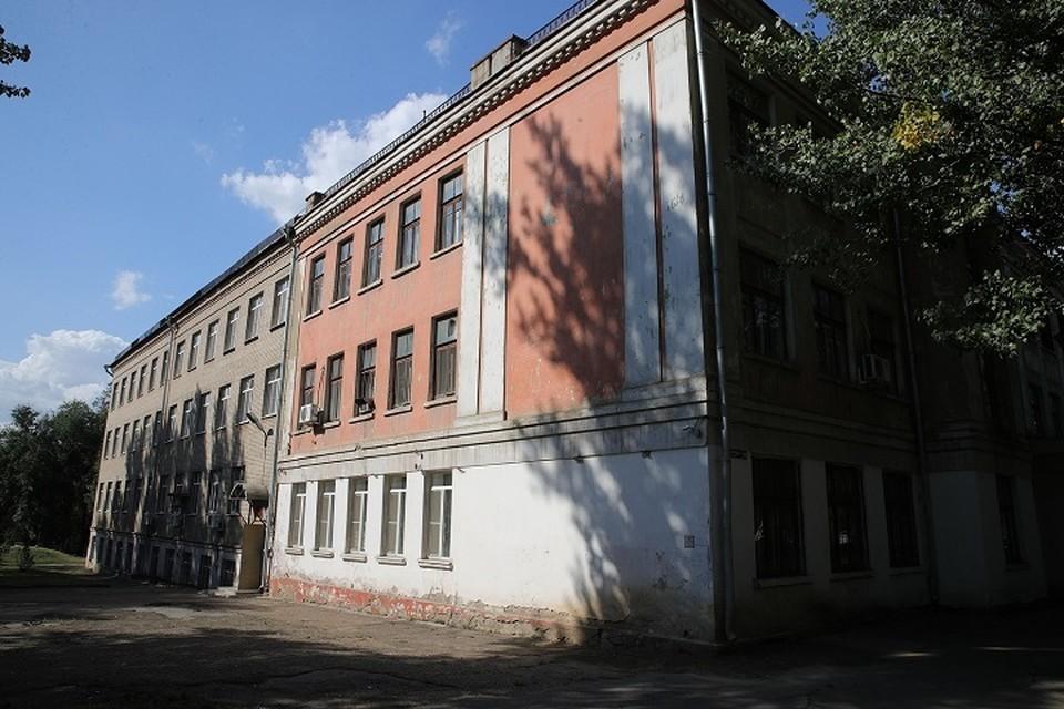 В здании должны усилить несущие конструкций, заменить окна и все инженерные коммуникации. Фото: сайт правительства РО