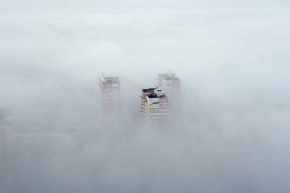 """Высотки буквально утопали в городском """"парном молоке"""" Фото: aero_72"""