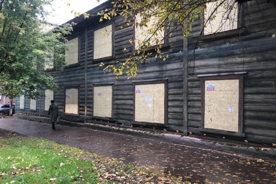 Сейчас дверные и оконные проемы в доме забили досками. Фото: admkirov.ru
