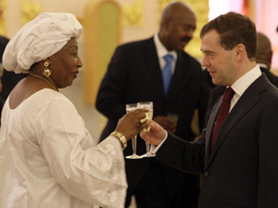 Президент по традиции поприветствовал бокалом шампанского каждого нового посла в России. На фото - Дмитрий Медведев и посол Нигера Амина Джибо Базиндре.