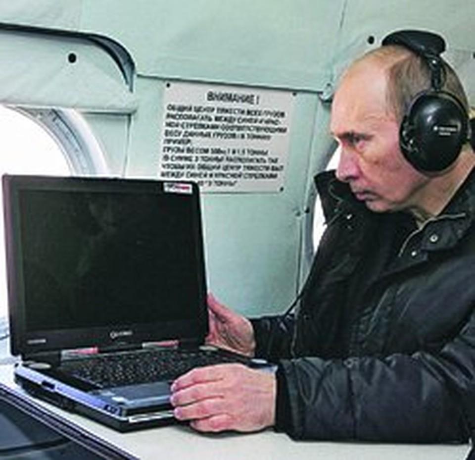 Владимир Путин на борту президентского вертолета.