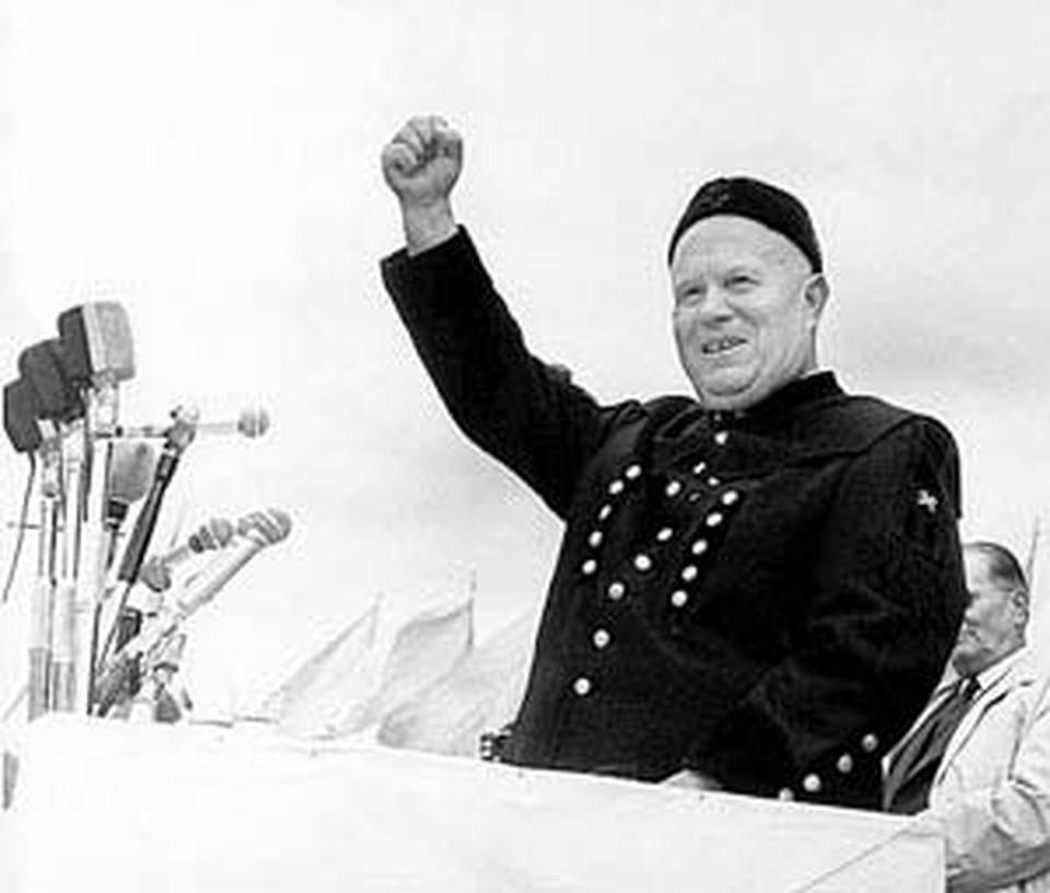Хрущев в подаренной ему форме горняка в 1963 году во время визита в Югославию.